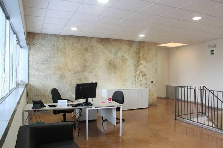 Sede AD: Complessi per uffici in stile  di OGARREDO, Moderno