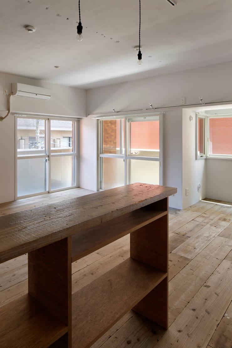 西葛西の住居: 蘆田暢人建築設計事務所 Ashida Architect & Associatesが手掛けたリビングです。