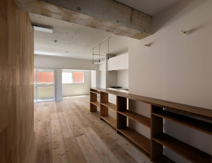 西葛西の住居: 蘆田暢人建築設計事務所 Ashida Architect & Associatesが手掛けた廊下 & 玄関です。