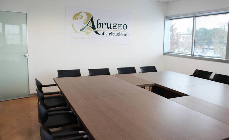 Sala riunioni: Complessi per uffici in stile  di OGARREDO, Moderno