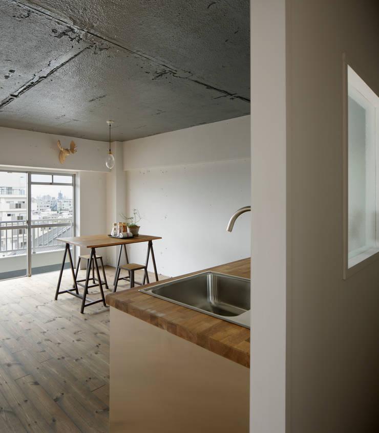Corridor & hallway by 蘆田暢人建築設計事務所 Ashida Architect & Associates