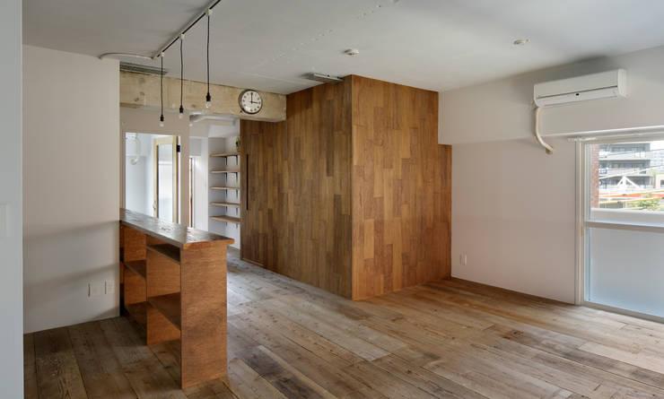 西葛西の住居: 蘆田暢人建築設計事務所 Ashida Architect & Associatesが手掛けた壁です。
