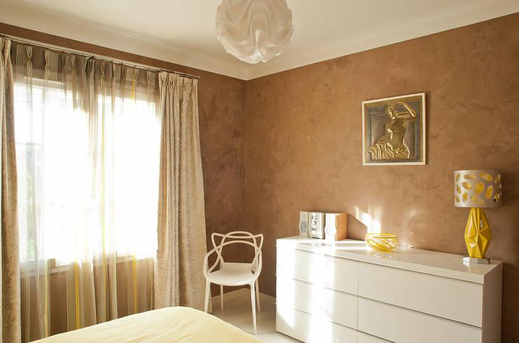 Boulouris chambre jaune: Chambre de style  par B.Inside