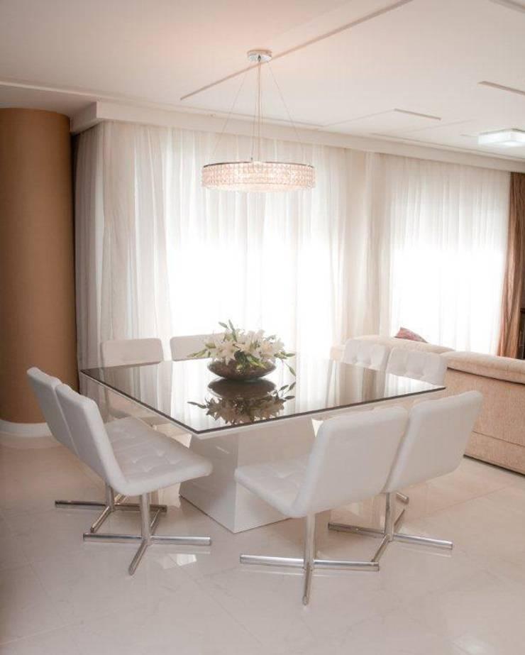 Projeto arquitetônico de interiores para residencia unifamiliar. (Fotos: Lio Simas): Salas de jantar ecléticas por ArchDesign STUDIO