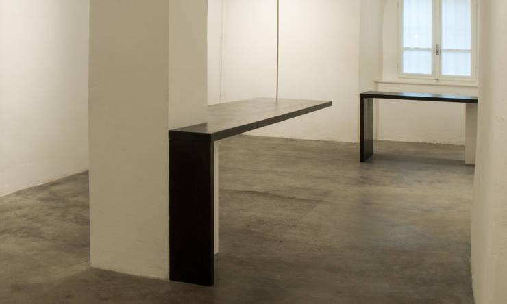 parasite table: Studio in stile  di AB/A,