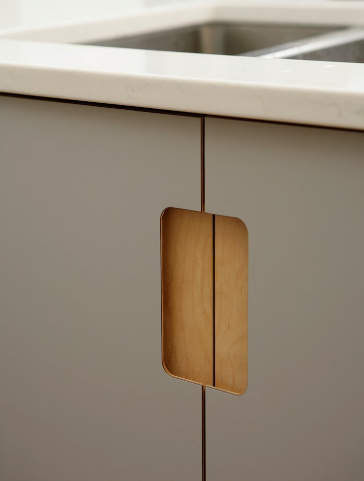 Formica and Birch Ply Doors with Integrated Handle:  Kitchen by Matt Antrobus Design