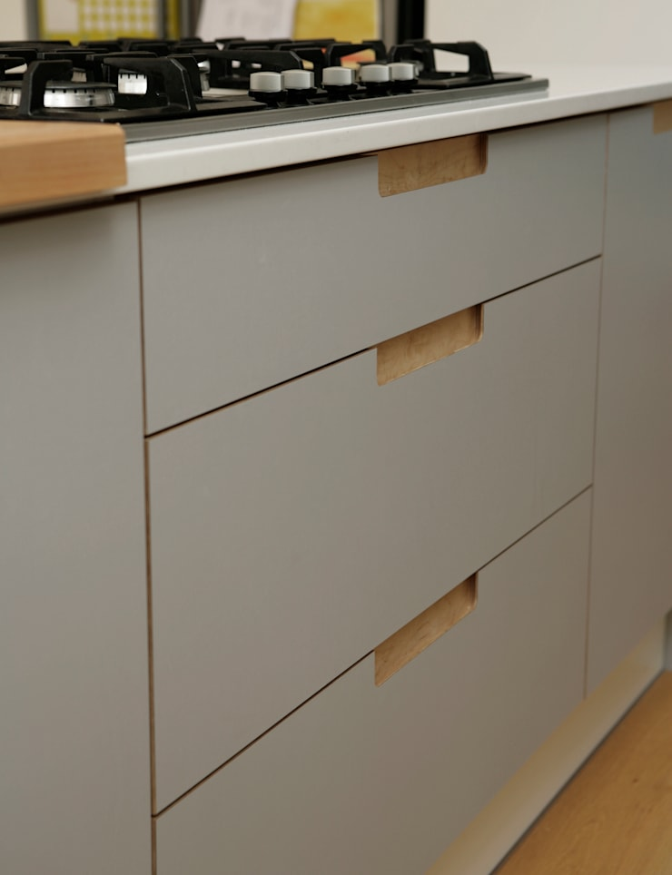 Birch Ply & Grey 'Fox' coloured Formica Drawerfronts:  Kitchen by Matt Antrobus Design