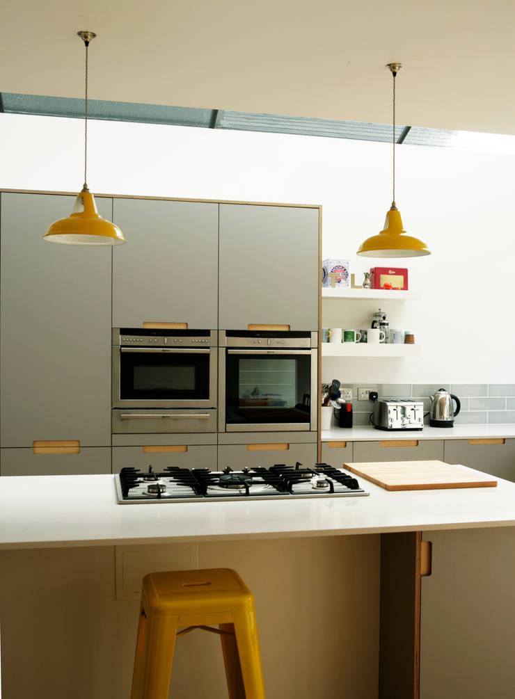 Birch Ply & Grey 'Fox' coloured Formica Kitchen:  Kitchen by Matt Antrobus Design