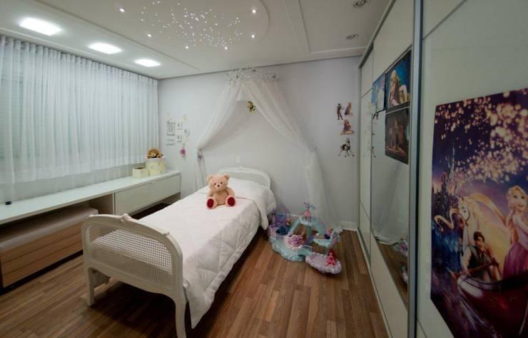 Projeto arquitetônico de interiores para residencia unifamiliar. (Fotos: Lio Simas): Quarto infantil  por ArchDesign STUDIO