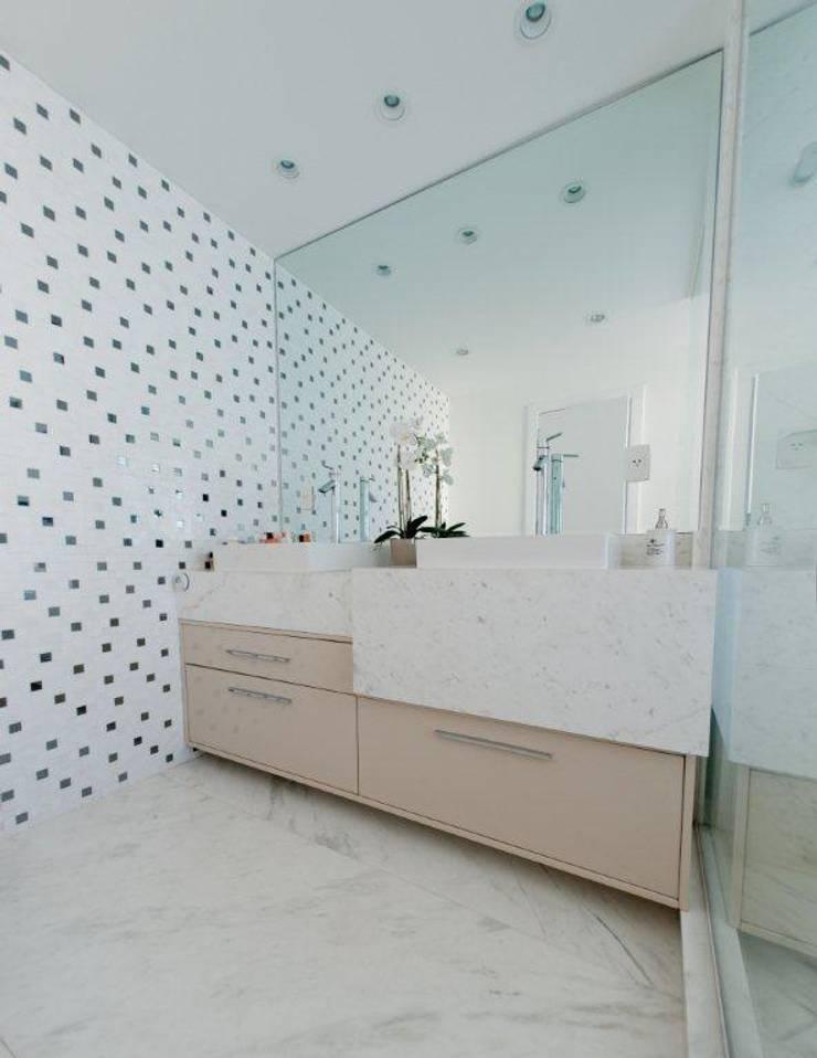 Projeto arquitetônico de interiores para residencia unifamiliar. (Fotos: Lio Simas) : Banheiros  por ArchDesign STUDIO