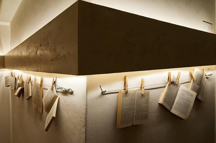 """""""Il Corridoio delle parole appese"""": Hotel in stile  di Studio Giorgi Barbieri Architetti"""
