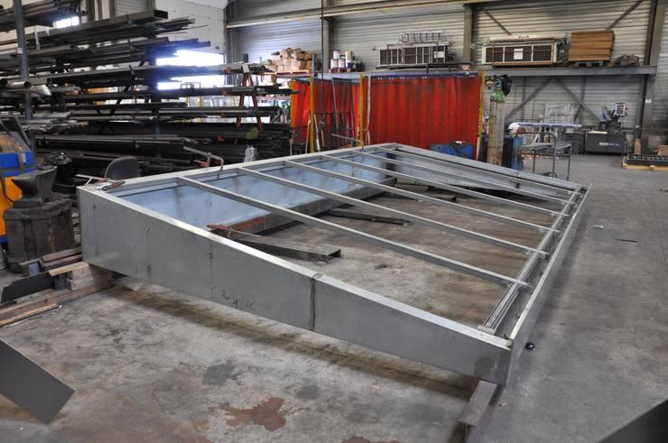 Verrière acier sur mesure en fabrication chez le métallier: Art de style  par LA TRAVERSE architecture