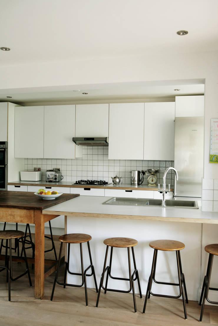 Birch ply and formica kitchen:  Kitchen by Matt Antrobus Design