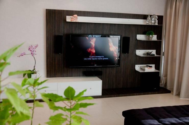 Projeto arquitetônico de interiores para residência unifamiliar. (Fotos Lio Simas): Salas de estar ecléticas por ArchDesign STUDIO