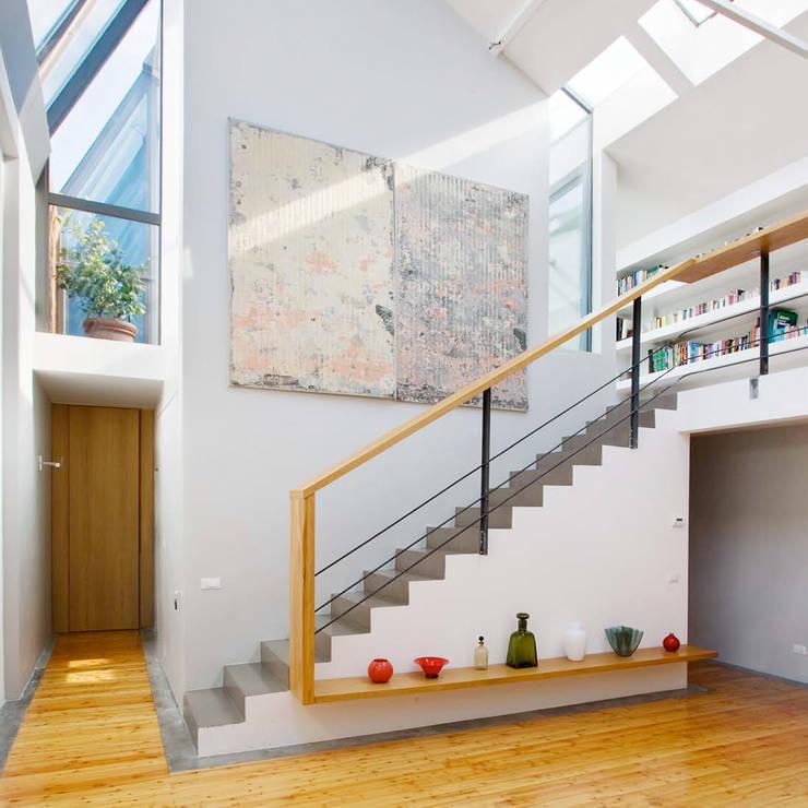 Loft in zona Savona a Milano: Soggiorno in stile  di Studio fase,