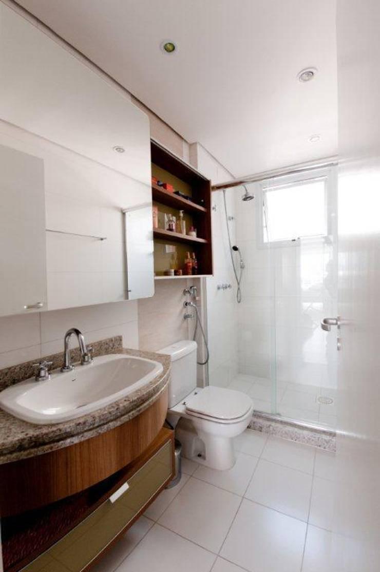 Projeto arquitetônico de interiores para residência unifamiliar. (Fotos Lio Simas): Banheiros ecléticos por ArchDesign STUDIO