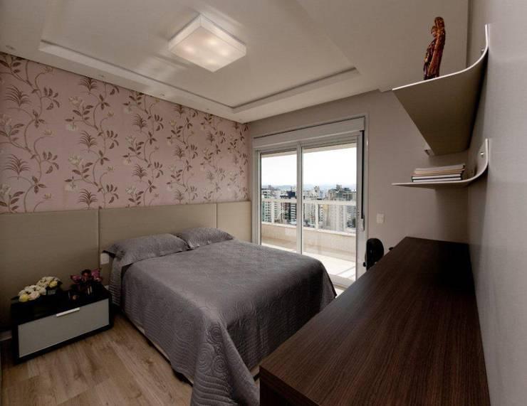 Projeto arquitetônico de interiores para residência unifamiliar. (Fotos Lio Simas): Quartos  por ArchDesign STUDIO