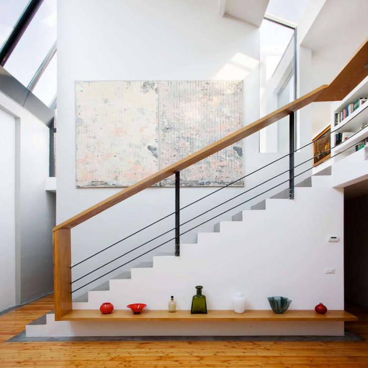 Loft in zona Savona a Milano: Ingresso & Corridoio in stile  di Studio fase,