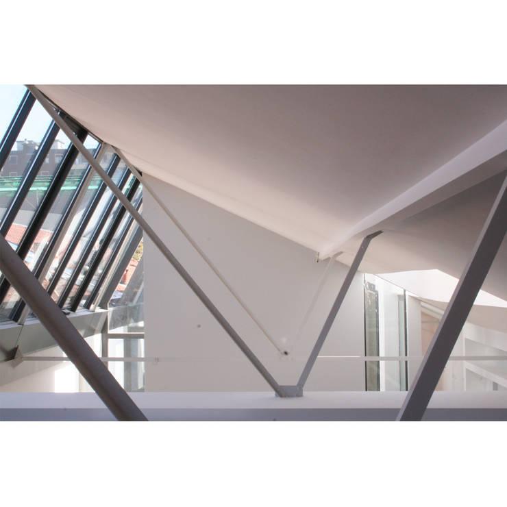 Loft in zona Savona a Milano: Pareti in stile  di Studio fase,