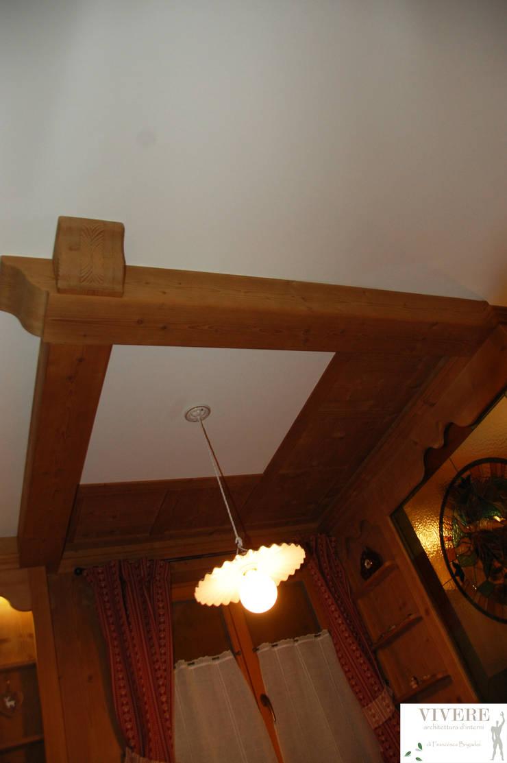Soffitto zona pranzo: Sala da pranzo in stile  di Arredamenti Brigadoi
