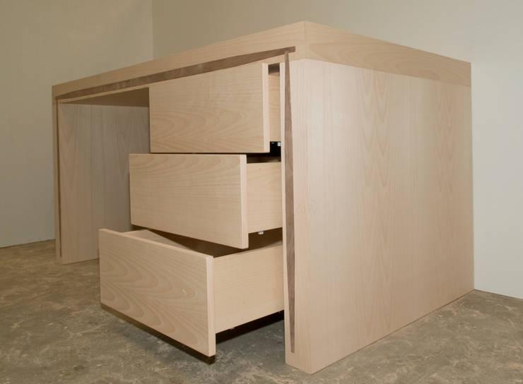 Mesa de oficina/despacho/estudio con tres cajones en haya y nervio nogal: Estudio de estilo  de Lenervo