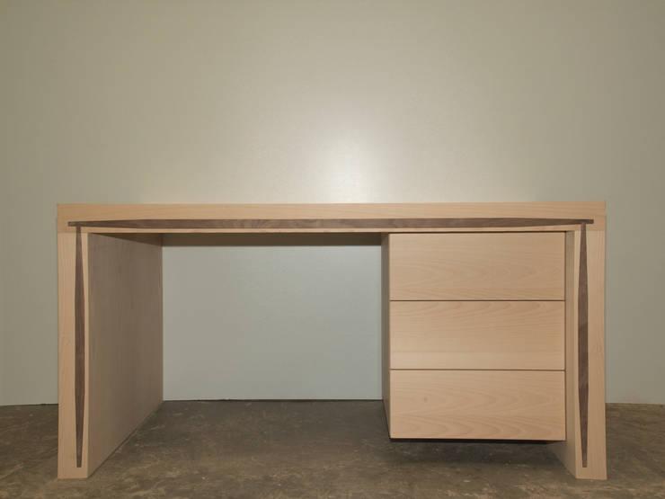 Mesa lenervo con tres cajones en chapado haya y nogal: Estudio de estilo  de Lenervo