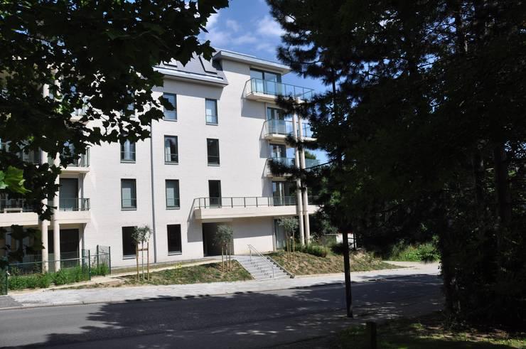 Façade sur Chemin des 2 maisons:  de style  par Atelier d'architecture La Licorne