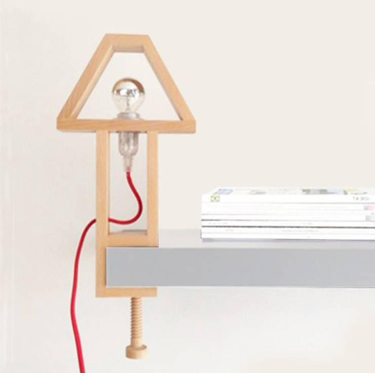 Lampe N°2: Salon de style  par Good Morning Design