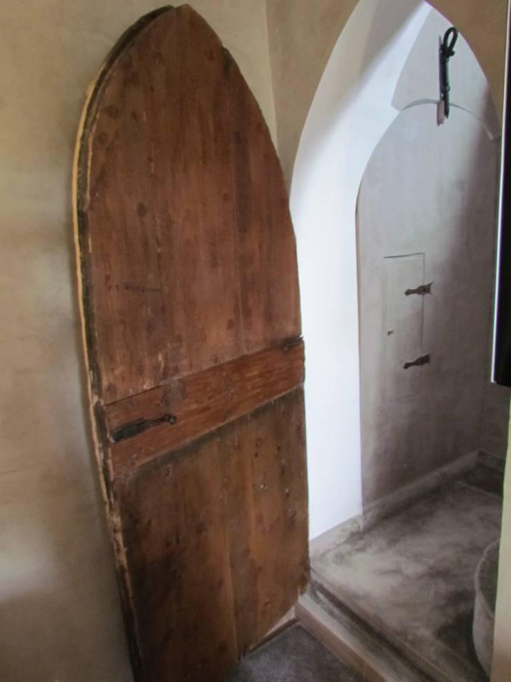 Restauro di una casa molto antica in Francia: Ingresso & Corridoio in stile  di Archimania, Classico