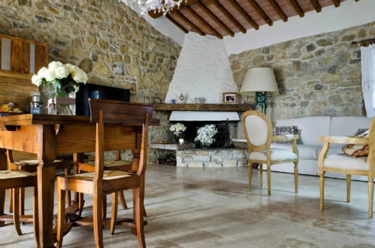 Soggiorno di casa colonica toscana: Soggiorno in stile  di Pietre di Rapolano, Rustico Pietra