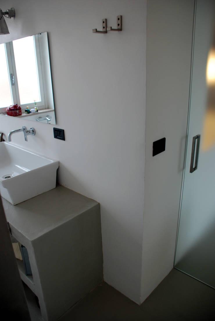 attico Cesena: Bagno in stile  di andrea nicolini architetto, Minimalista