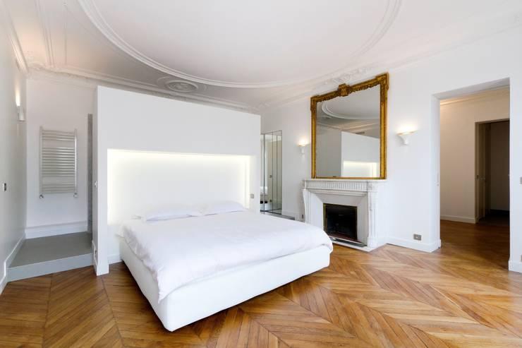 Restructuration d'un appartement haussmannien de 180m2, Paris 8°: Chambre de style  par ATELIER POZZI ARCHITECTURE