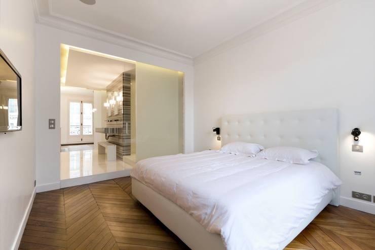 Restructuration d'un appartement haussmannien de 180m2, Paris 8°: Chambre de style de style Minimaliste par ATELIER POZZI ARCHITECTURE