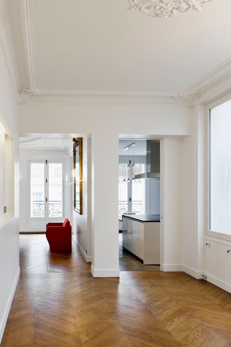 Restructuration d'un appartement haussmannien de 180m2, Paris 8°: Couloir et hall d'entrée de style  par ATELIER POZZI ARCHITECTURE