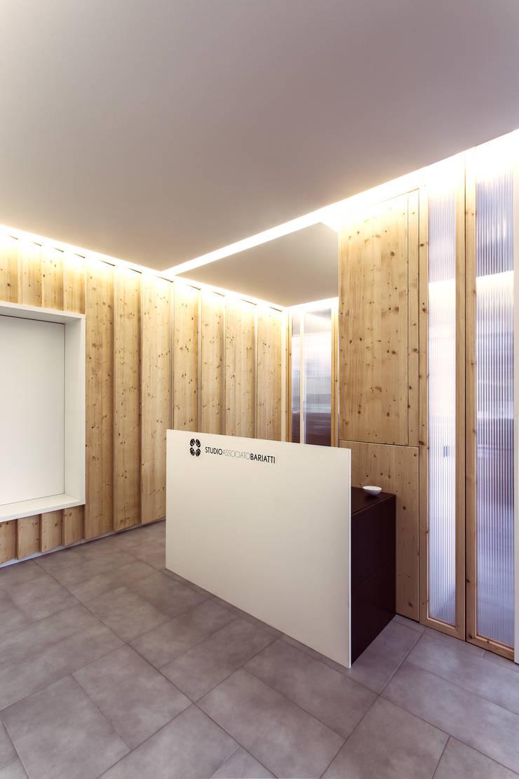 La reception e il desk: Studio in stile  di PLUS ULTRA studio, Moderno