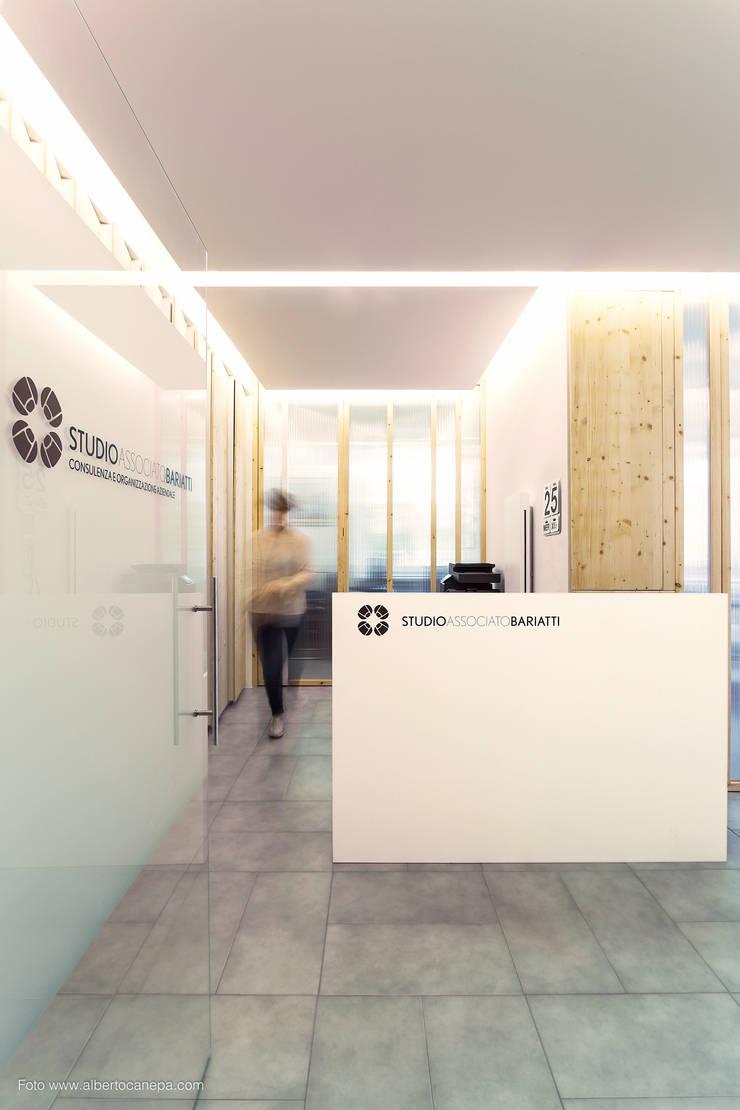 Vista dall'ingresso: Studio in stile  di PLUS ULTRA studio, Moderno