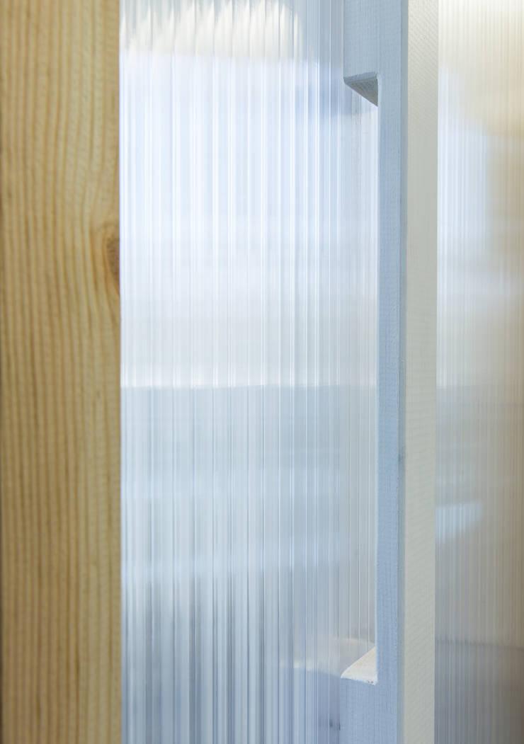 Dettaglio della maniglia: Studio in stile  di PLUS ULTRA studio, Moderno