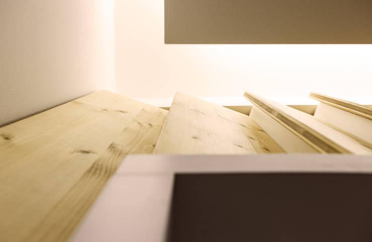 Dettaglio del controsoffitto e della boiserie: Studio in stile  di PLUS ULTRA studio, Moderno