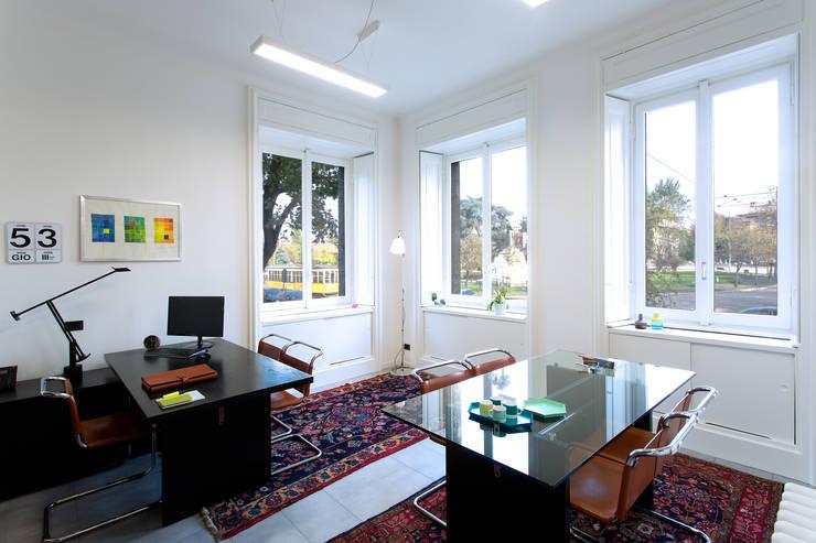 Interno di un ufficio: Studio in stile  di PLUS ULTRA studio, Classico