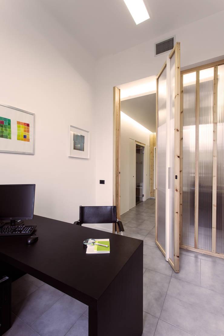 Interno di un ufficio: Studio in stile  di PLUS ULTRA studio, Moderno