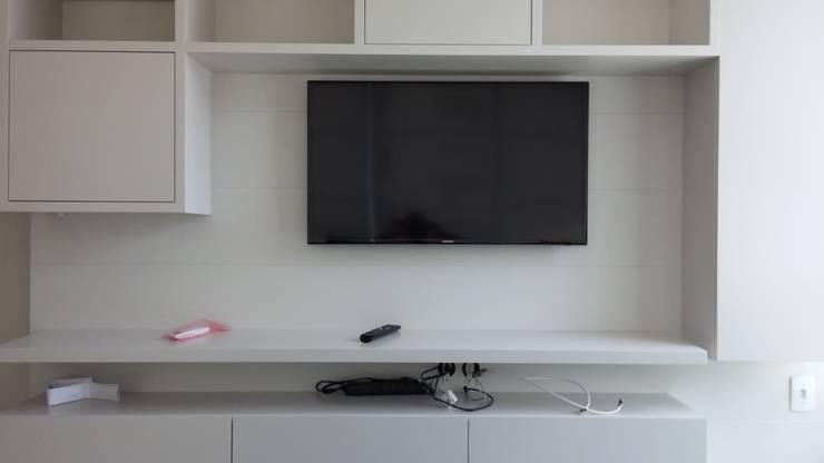 Painel Tv: Salas de estar  por Interior Design Christiano Carvalho