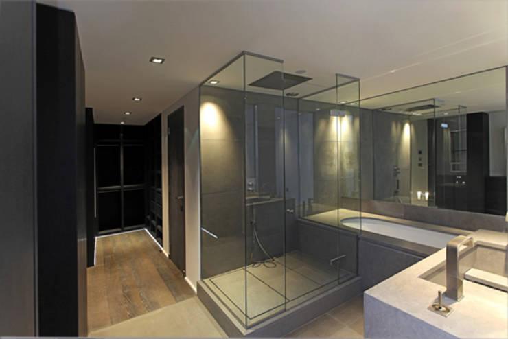 vue sur salle de bain 01 et Dressing: Salle de bains de style  par BARONBARON