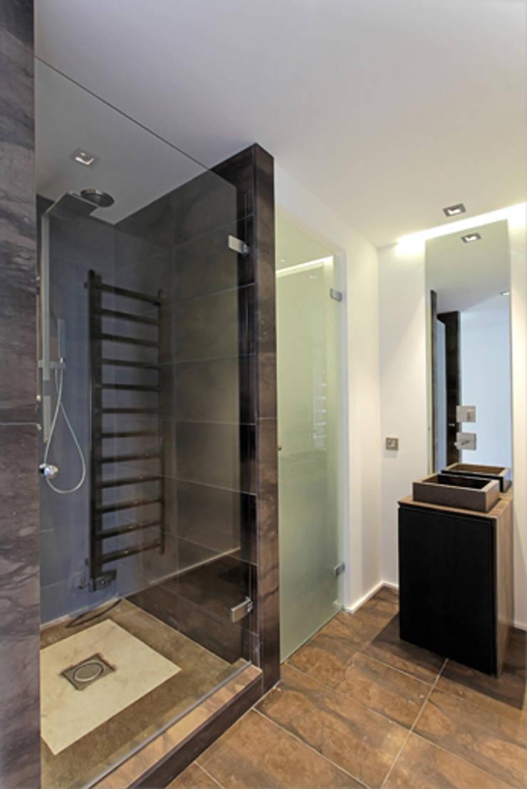 vue sur salle de bain 02: Salle de bains de style  par BARONBARON