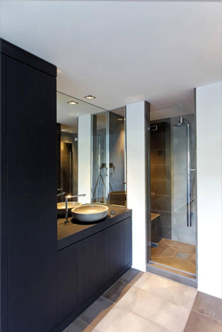 vue sur salle de bain 03: Salle de bains de style  par BARONBARON