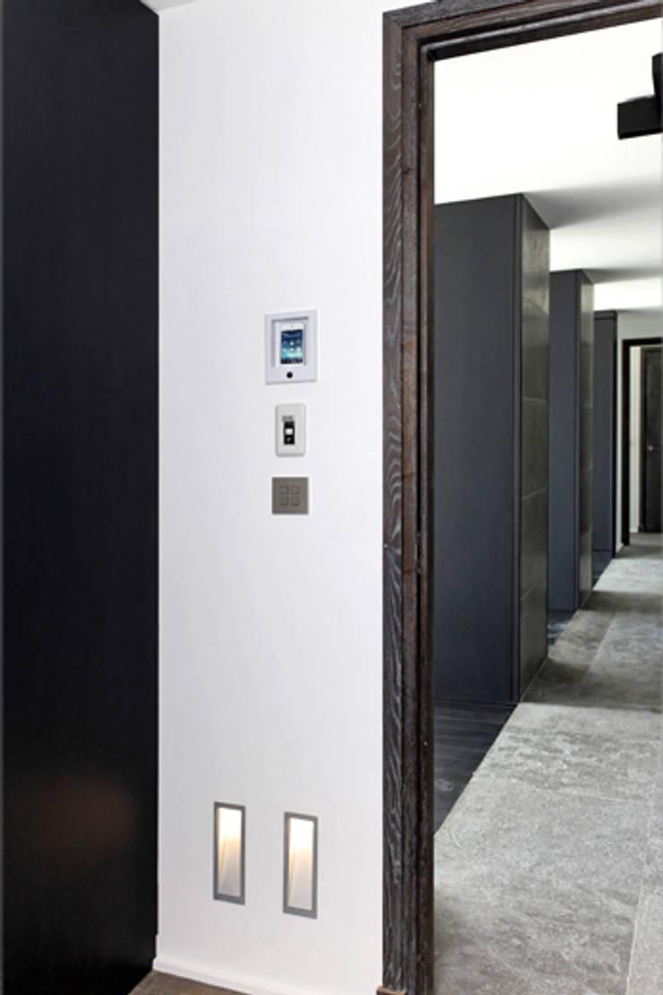 vue sur couloir: Couloir et hall d'entrée de style  par BARONBARON