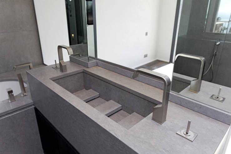 Détail sur vasque: Salle de bains de style  par BARONBARON