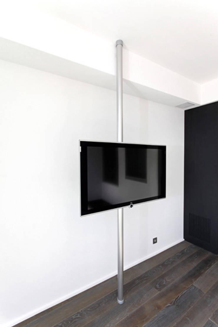 TV sur mat dans chambre: Chambre de style  par BARONBARON