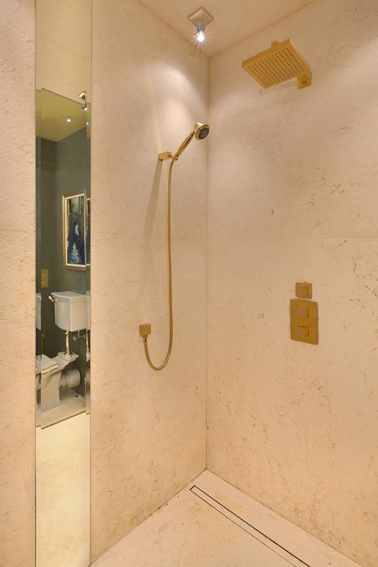 Ванная комната родителей:  в . Автор – DesignPortrait®