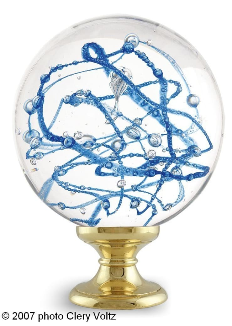 Boule d'escalier Perlée bleue: Maison de style  par Les  Verreries de Bréhat