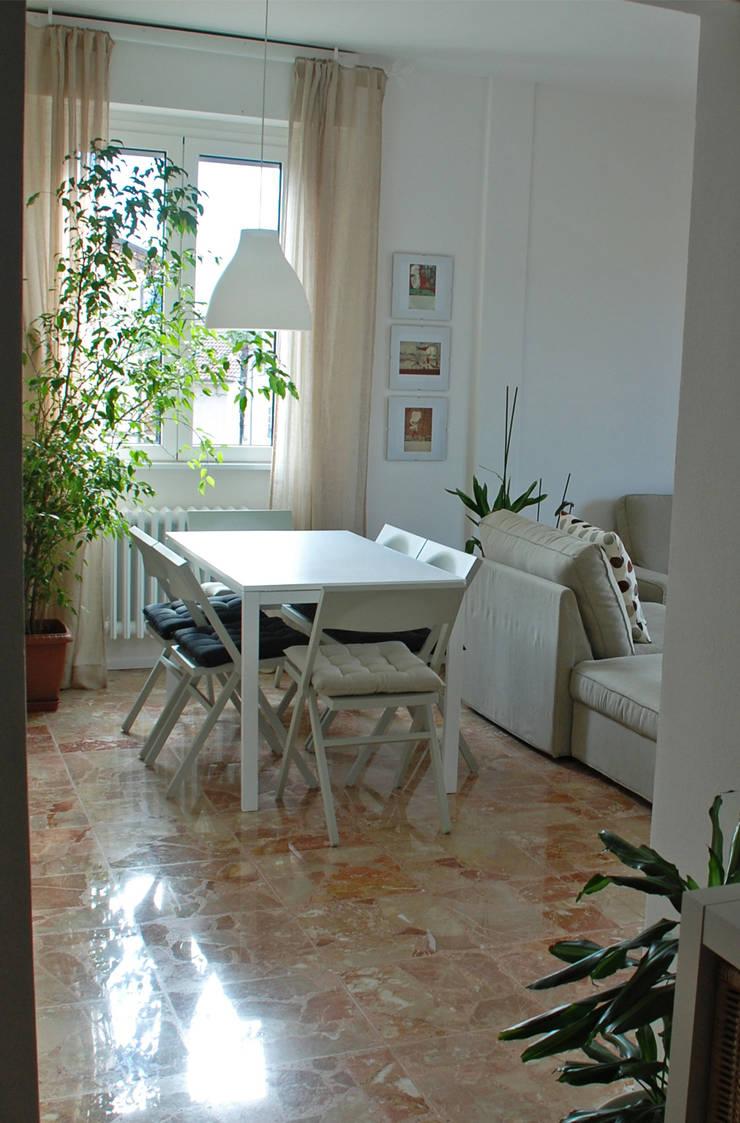 Appartamento sul lago : Soggiorno in stile  di studio 'dragora architettura e paesaggio